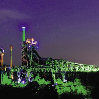 Im Rausch der Farben: Schon seit fast 25 Jahren ist das ehemalige Hüttenwerk im Landschaftspark Nord nachts in buntes Licht getaucht. Nun kommen noch weitere fluoreszierende Effekte und Musik hinzu.