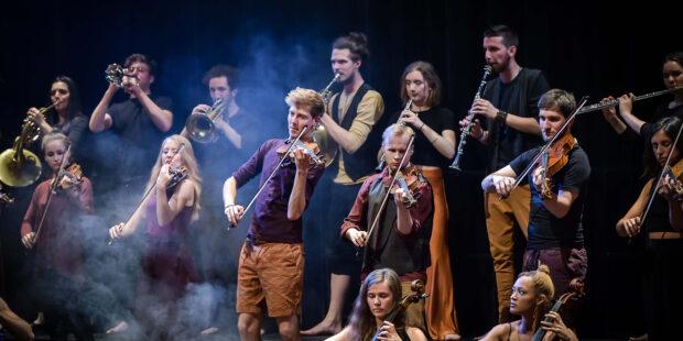 Erstmals zu Gast bei den Kasseler Musiktagen: Das improvisationsfreudige STEGREIF.orchester aus Berlin hat speziell für die documenta-Halle eine Aufführung zwischen Ausstellung, Konzert und Performance entwickelt.