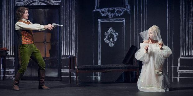 "Szene aus Joachim Raffs Oper ""Dame Kobold"" am Theater Regensburg"