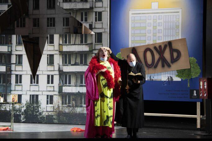 Szenenfoto mit Dirk Kleinke (Betrunkener Kosak) und Thorsten Coers (Opernchor)