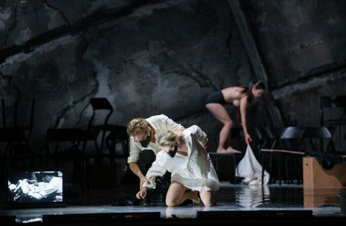 Thomas Oliemans (Vicomte de Valmont), Mojca Erdmann (Marquise de Merteuil) und Francesca Ciaffoni (Tänzerin)