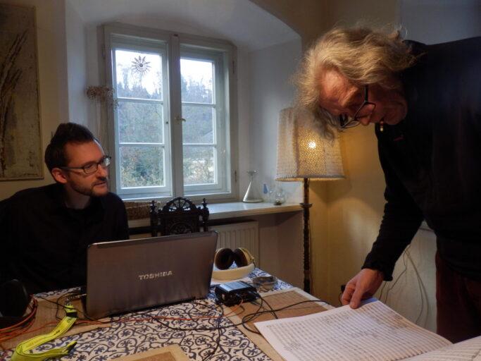 Andreas Ziegler vom TYXart-Label mit Komponist Heinz Winbeck bei der Arbeit zur Gesamteinspielung seiner Sinfonien