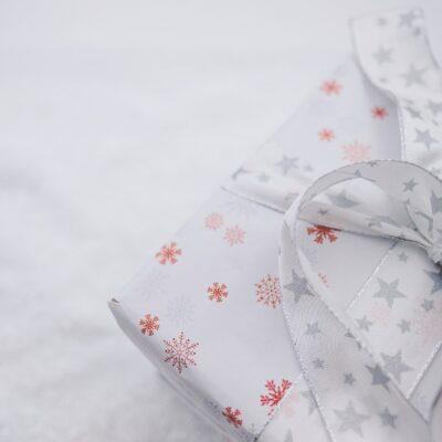 Ob in diesem Geschenk wohl eine neue Weihnachts-CD steckt?