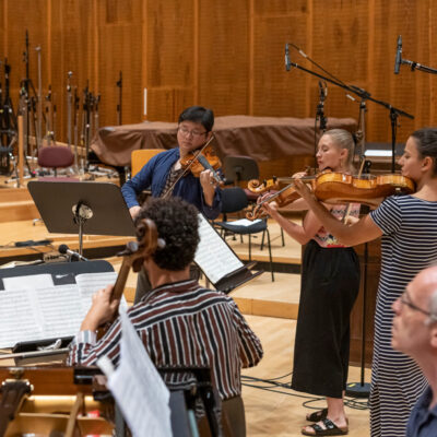 Ensemble Balance mit Dirigentin Friederike Kienle (li.)