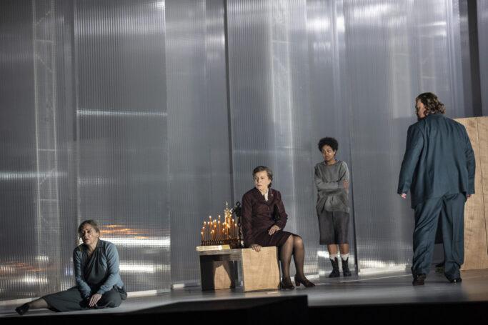 Evelyn Herlitzius (Die Küsterin Buryjovka), Hanna Schwarz (Die alte Buryjovka), Victoria Randem (Jano) und Stuart Skelton (Laca Klemeň)