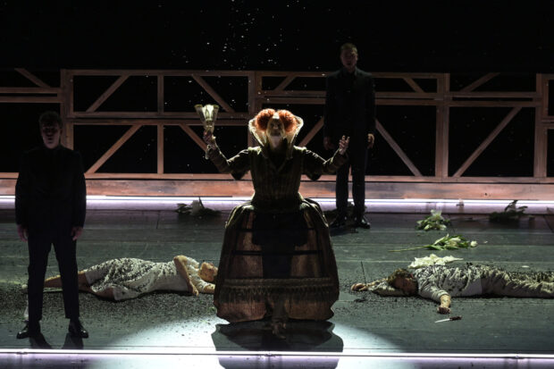 Florian Simson (Chansonnier), Lavinia Dames (Julia) und Jussi Myllys (Romeo)