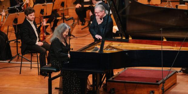 Spaß bei der Probe: Martha Argerich und Dirigent Sylvain Cambreling