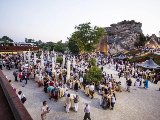 Der großzügige Foyerpark bietet genügend Platz für das Publikum