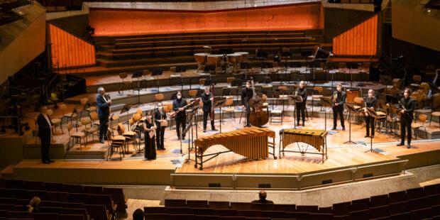 Auch für die Karajan Akademie gilt auf der Bühne: Abstand halten