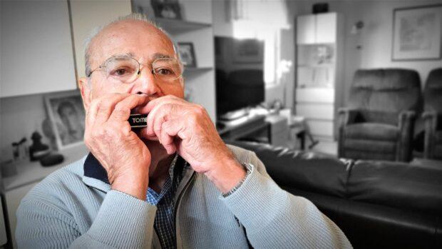 Die Mundharmonika spielt Zvi Cohen noch heute