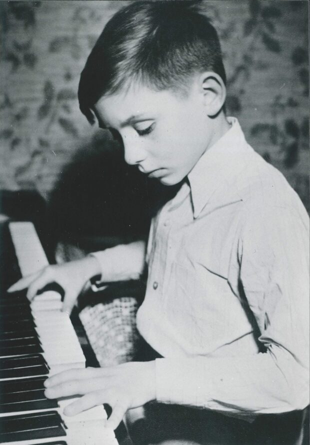 Christoph Eschenbach am Klavier im Dezember 1949