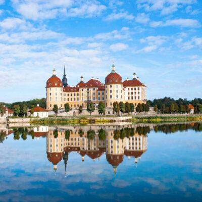 Vom Namensgeber Herzog Moritz im 16. Jahrhunder als Jagddomizil errichtet, von August dem Starken ab 1723 opulent umgebaut: Schloss Moritzburg