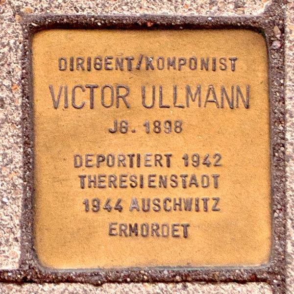 Stolperstein für Viktor Ullmann vor der Hamburgischen Staatsoper