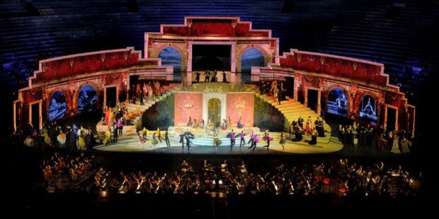 """Bühnenbild von Verdis """"La traviata"""" in Verona 2021"""